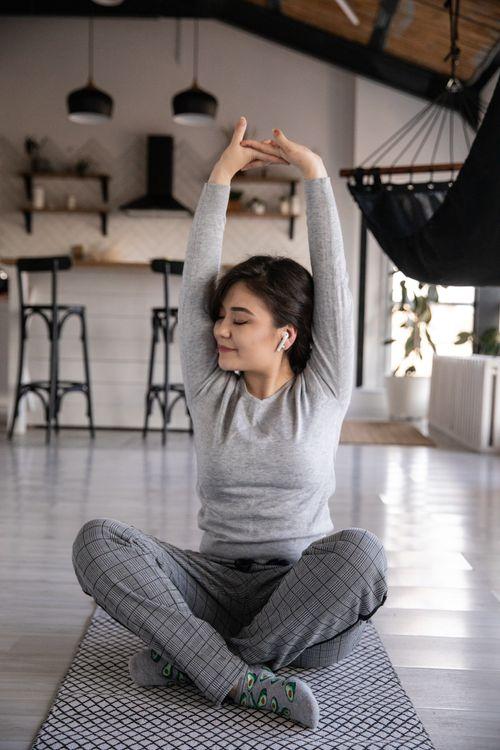 sistem ventilatie femeie tanara relaxata in casa